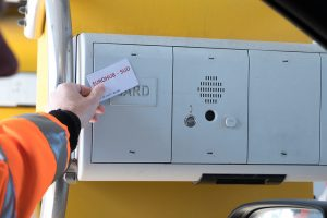 With its personalized access card, the driver identifies himself at one of the automatic counters. An employee is always nearby if help with this procedure is needed.Le conducteur s'identifie auprès d'une des bornes automatiques moyennant sa carte d'accès personnalisée. En cas de besoin, un collaborateur se trouve à proximité pour prêter assistance durant cette procédure.